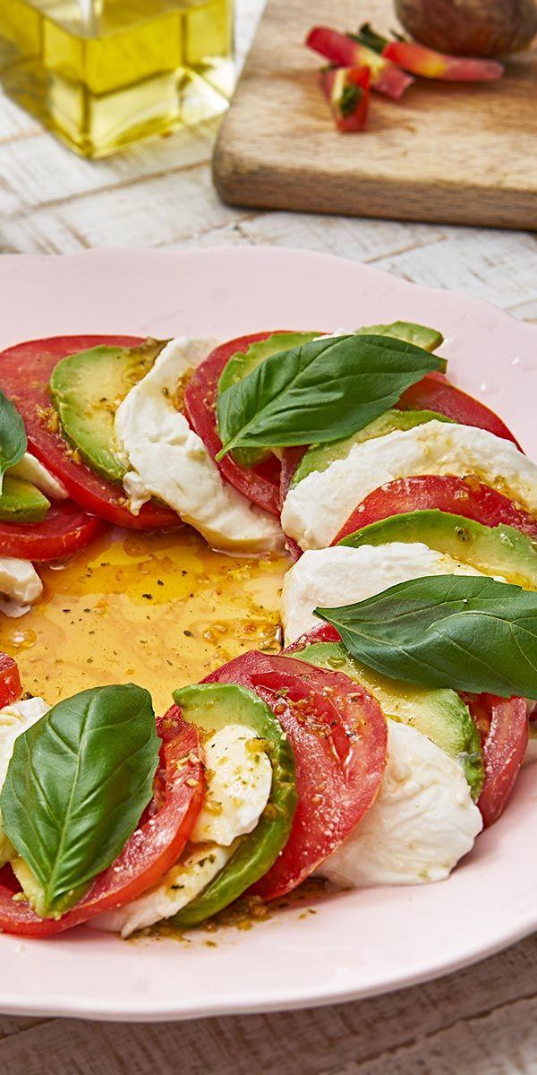 Die Avocado Caprese von Bloggerin Isabella gehört zu unseren köstlichenLow Carb Rezepten! Die Avocado, Mozzarella und Fleischtomatenverfeinerst du mit einem leckeren selbstgemachten Dressing.Wir wünschenguten Appetit!