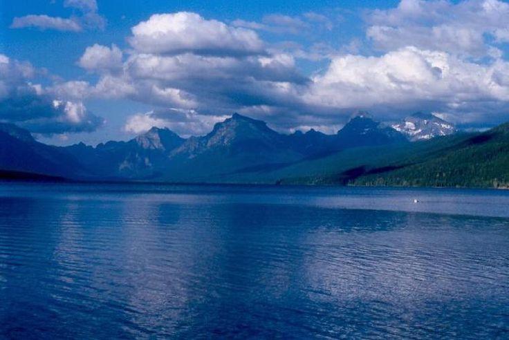 Lago McDonald, no Parque Nacional das Geleiras, em Montana, USA.