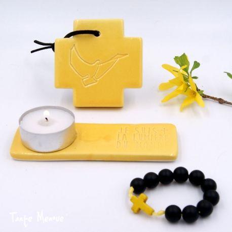 Une box imaginée par Agnès Brunel sous le signe de la simplicité mais très complète pour permettre de se faire un coin prière lumineux et harmonieux grâce à une croix à accrocher, un bougeoir et un dizainier !