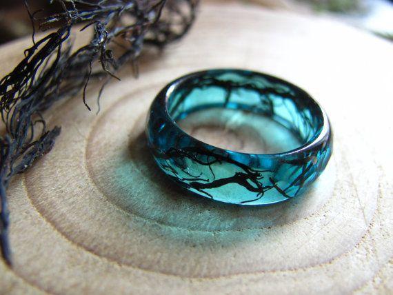 Anillo azul oceano resina, Anillo de mar, Anillo de sirena, Anillo con alga negra, Joyeria de verano, Anillo inspirado en la naturaleza
