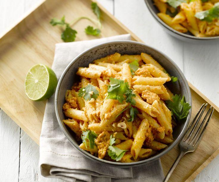 Penne al pesto di peperoni rossi grigliati - Questo piatto di pasta vegetariano si prepara in meno di una mezz'oretta e senza di sacrificarne il gusto. Il pesto fatto in casa di nocciole, parmigiano e peperoncino frantumato è deliziosamente piccante e i peperoni grigliati sono super gustosi! È un'ottima combinazione di cui non vi stancherete mai!