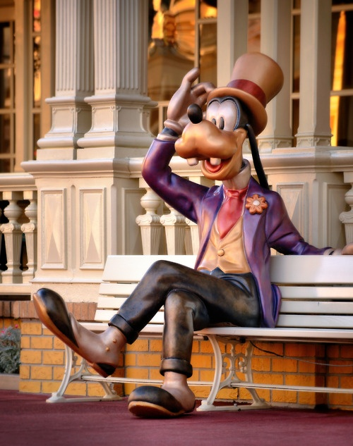 Disney. Disneyworld. Magic Kingdom. Main Street. Goofy. I remember this statue! Its scared the crap out of me. I sat down next to it and it just started speaking.