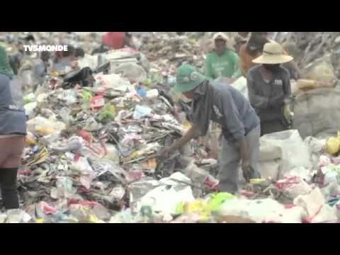 Émission du Vendredi 14 Mars 2014.  #1 Aux Philippines : la lumière contre la pauvreté -  #2 Sierra Leone : des hommes mutilés, des citoyens debout -  #3 Inde : pas de toilettes, pas de fiancée Présentation : Charlotte Le Grix de La Salle. Depuis le siège de l'ONU, à New York.