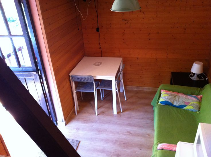 Otra vista de la sala de estar del bungalow Tipo Torre de 2 personas del Camping Playa de la Franca (Asturias)