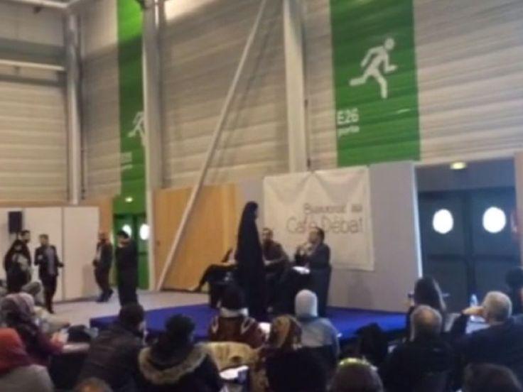 """Des seins nus sous une abaya. Des Femen ont perturbé une conférence de l'islamologue suisse controversé Tariq Ramadan, samedi lors de la 33e Rencontre annuelle des musulmans de France, auBourget, près de Paris.Sur une vidéo transmise par les Femen, on voit une femme vêtue d'une abaya (tunique longue laissant apparaître le visage) s'approcher de Tariq Ramadan, qui s'exprimait dans le cadre d'un café-débat sur le thème """"L'islam politique existe-t-il ?"""""""