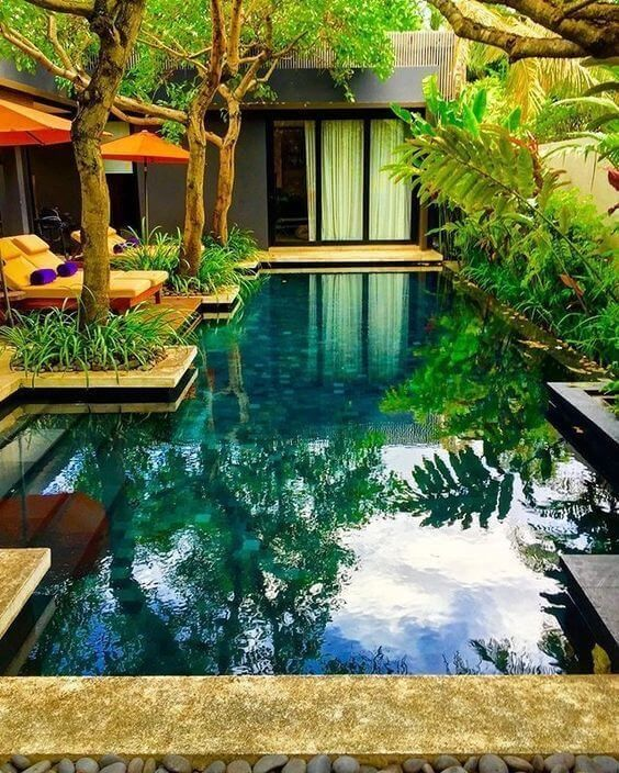 Wooden bridge over tropical swimming pool at a luxury resort Stock ...