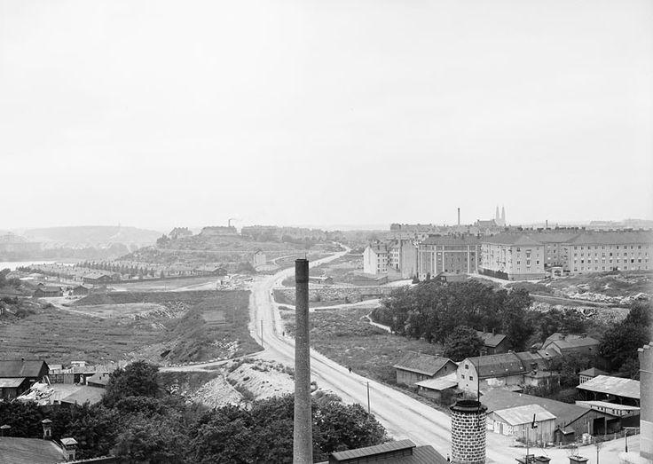 Utsikt från Åhlén & Holms byggnad över Ringvägen, västerut från Götgatan. T.h. i bakgrunden nyuppförda bostadshus, Helgalunden. I fonden längst t.v. Årstabron - Stockholmskällan