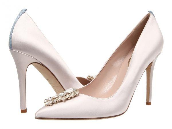 Elegantes y femeninos zapatos de novia tipo salón con la parte delantera con broche   HISPABODAS