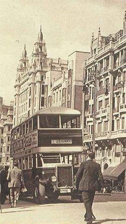 Autobús de dos pisos en plena Gran Vía en la década de los años treinta