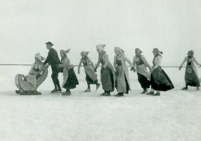 Schaatsers in Hindelooper klederdracht op het IJsselmeer bij Hindeloopen, 30 januari 1940.