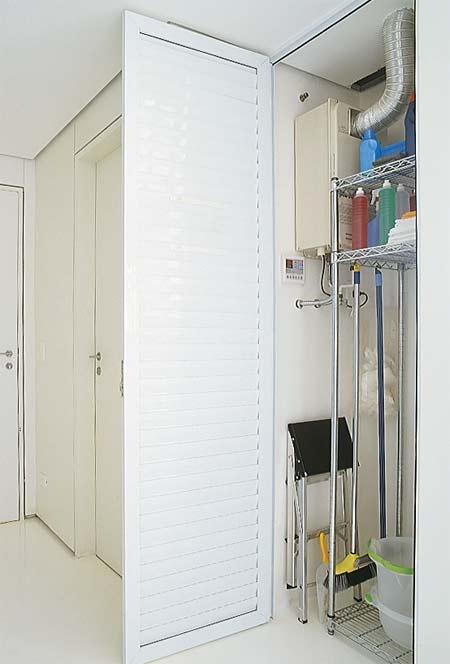 """Nada de aperto na lavanderia - Casa  A primeira providência: disfarça o aquecedor a gás do apartamento. """"O armário com porta veneziana o esconde, permitindo a ventilação, e guarda produtos delimpeza"""", explica Sylvia.No piso, resina de poliuretano. Nas paredes, laminado texturizado Perstech."""