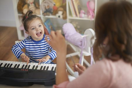 Musik macht Kinder glücklich!  Die Musik ist auch in der Entwicklungspsychologie elementar, denn schon die Kleinsten zeigen Reaktionen auf verschiedene Klänge und Töne, es ist erwiesen, dass Babys bereits mit einem Sinn für Musikalität auf die Welt kommen. Schon in derSchwangerschaftsingen Frauen ihren Ungeborenen gerne Lieder vor oder legen sich zur Beruhigung des Babys eine Spieluhr auf den Bauch.