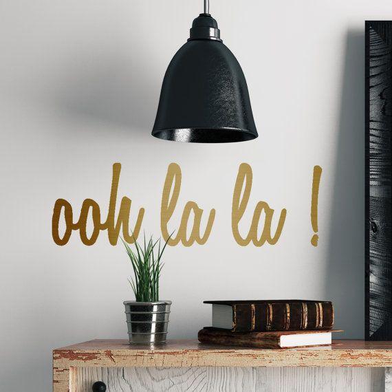 Diese Metall-Effekt-Ooh la la! Wandaufkleber machen eine schöne Ergänzung zu Ihrer Inneneinrichtung.  Unsere Metall-Effekt-Wandsticker sind einfach anzuwenden und leicht zu entfernen.  Die Muskatnuss sehr schön Wandaufkleber und Wand-Zitate sind eine stilvolle moderne Möglichkeit zu schmücken ein Zimmer oder ein Zimmer Makeover, ohne die Verwirrung durchzuführen.  Unsere Wand, die Aufkleber auf jedem sauberen, glatten Untergrund - Wände, Türen, Spiegel, angewendet werden können Möbel die…