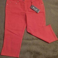 NEU Damen Hose Stiefel Jeans Hose Gr.36 in Rot von Miss H.P.27,95€ Die Stretch Hose ist gerade geschnitten, hat einen 4 cm breiten Bund mit 5 Gürtelschlaufen und wird mit Reißverschluss, innenliegenden Bund Druck Knopf geschlossen. Unter dem Bund hinten ist an jeder Seite eine eine Po Tasche sowie vorne 3 Taschen, alle Taschen Ecken sind mit Metall Plättchen verstärkt. Super kombinierbar. Das Material ist 78% Baumwolle, 19% Polyester und 3% Elasthan. Das Material ist ein griffige, leicht…
