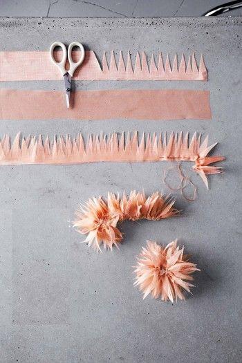 【ダリア】  先ほどのパンジーの時と同じ大きさに布をカットします。今回は2枚用意して下さい。布に、写真のようにV字に切り込みを入れていきます。型紙はないので好きなように。  切り終わったら、2枚を一緒にしてぐし縫いを始めます。その後はパンジーの時と同じように作っていって下さい。  2枚違う色の布を使うのも、雰囲気が変わって素敵ですよ♪
