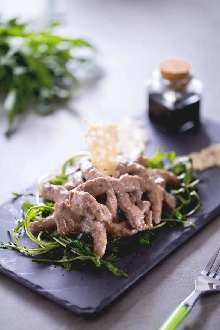 Oggi prepariamo un secondo piatto sfizioso e velocissimo, una divertente variante della classica tagliata rucola e grana: straccetti di #manzo! ( #strips of  #beef with #rocket salad) #Giallozafferano #recipe #ricetta #spring