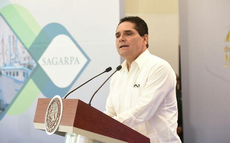 El gobernador y el presidente Enrique Peña Nieto encabezan la ceremonia por el Día de la Marina Nacional; la coordinación entre estado y Federación ha permitido el resguardo y seguridad ...