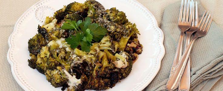 I broccoli affogati sono una ricetta tradizionale della cucina siciliana, in particolare della città di Catania. Si tratta di una portata che si serve come contorno ma che, in realtà, rappresenta un pitto ben più ricco e saporito che può rappresentare un pranzo veloce o una cena leggera dal sapore caratteristico. Per rendere ancora più ricca la ricetta potete aggiungete olive nere snocciolate, acciughe o alici sotto sale: in questo modo è possibile considerare i broccoli affogati con un…