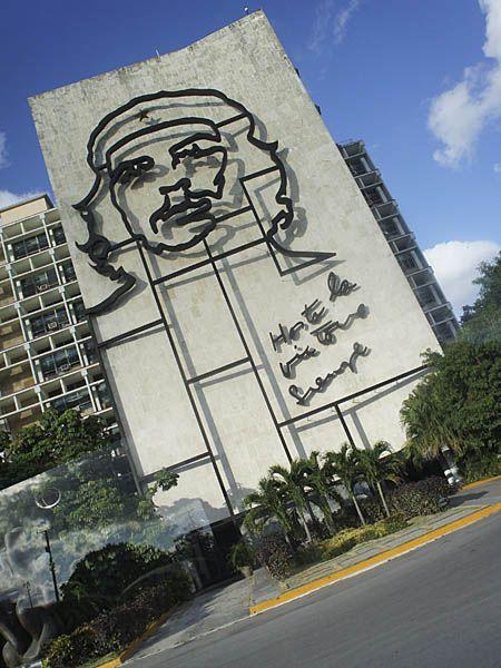 内務省にあるチェ・ゲバラの肖像。キューバ 旅行・観光のおすすめのスポット!
