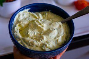 Godaste såsen till grillat som du snabbt rör ihop. Den är verkligen helt makalöst god! På bilden nedan har jag serverat såsen ed potatisbakelser och stekt entrecote. SÅ HIMLA GOTT! Länk till recept på de övriga rätter hittar nedan. 1 stor skål bearnaisesås, ca 6 portioner 4 dl creme fraiche 0,5 dl majonäs 1 schalottenlök 1-2 ts vit vinäger (justera syra efter smak) 2 msk torkad dragon 1 liten bunt persilja 2 tsk senap (dijon eller vanlig senap funkar bra) 0,5 msk socker 0,5 tsk gurkmeja…