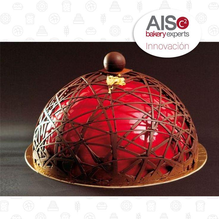 Pastel cubierto con chocolate. Pastel innovador y creativo.