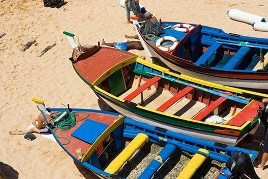 #Albufeira is een vissersstadje. Vandaar dat je in het oude deel van deze stad kleurige vissersbootjes op het #strand zult zien liggen #TravelBird
