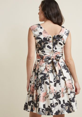 Closet London Fluttering Romance A-Line Dress in Muted Bloom - Ah, that familiar pitter-patter of the heart you feel after slipping into this ivory frock by Closet London! With a bow-adorned back, a playful, pleated skirt, and a print of blush, sage, and sepia flowers sweetly adding delight, this pocketed A-line makes you fall in love over and over again.