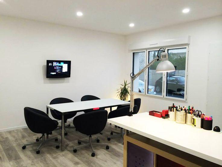 Coin salle de réunion, fenêtres avec ouverture sur l'extérieur, bonne luminosité,  ciel étoilé LED à intensité et couleurs ajustables avec appareillage tactile, plafond chauffant invisible par inertie. Déco contemporaine et design.