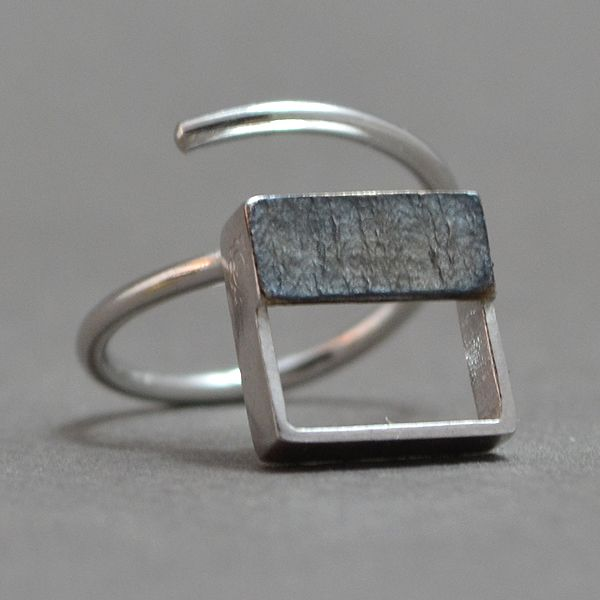 Small square ring of 925 silver with a small silver plate with black platinum plated or gold plated. Simple and elegant design for all occasions. The size of the element is 1x1cm. The ring is adjustable so that it can fit any size.