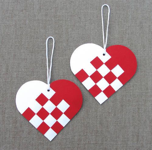 Danish paper Christmas heart baskets - easy to make and they can be filled with sweet treats. Leave them flat and they can adorn homemade Christmas cards. Though traditional Christmas ornaments...these pretty hearts could easily be transformed into Valentine's Day decorations.