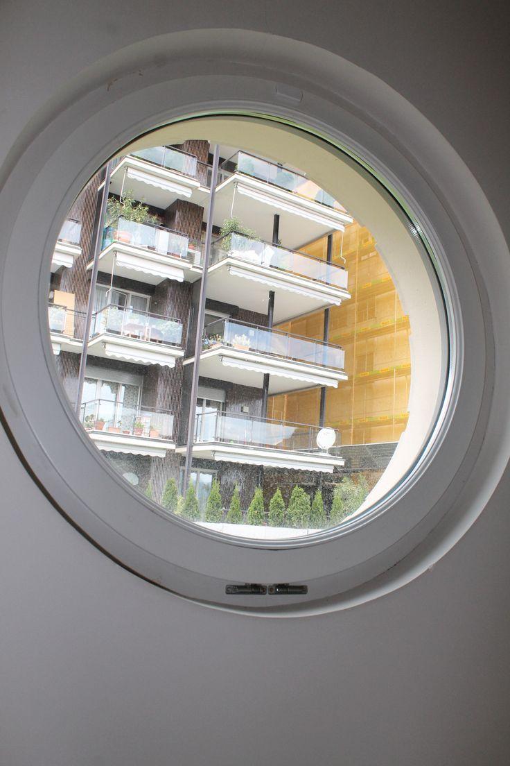 Villa stile liberty - serramento circolare in legno larice lamellare laccato a due colori diversi interno ed esterno