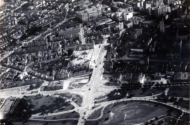1935 São Paulo Duplicação da ladeira do Carmo (atual avenida Rangel Pestana) - Parte superior da fotografia o Palácio da Justiça e ao lado a construção da Catedral da Sé
