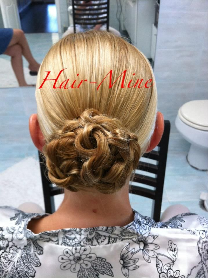 Low Knot For The Angel-Cut Wedding Veil Hair by ermi Sdrali @Hairmine #wedding #style #bride #love #romantic #chic #hairstyle #updos www.hairmine.gr