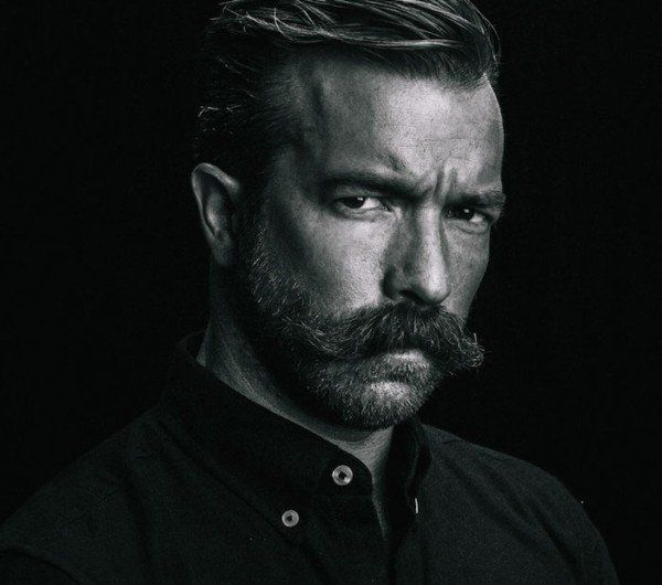 grosse moustache barbe taillée tailler pointe cires coupe pompadour hipster