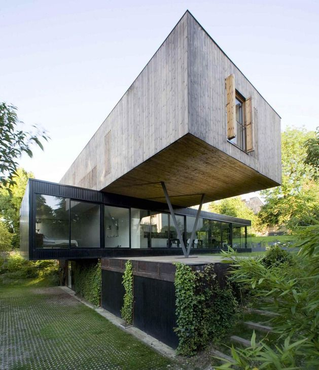 Modern cantilever house design by Parisian architect