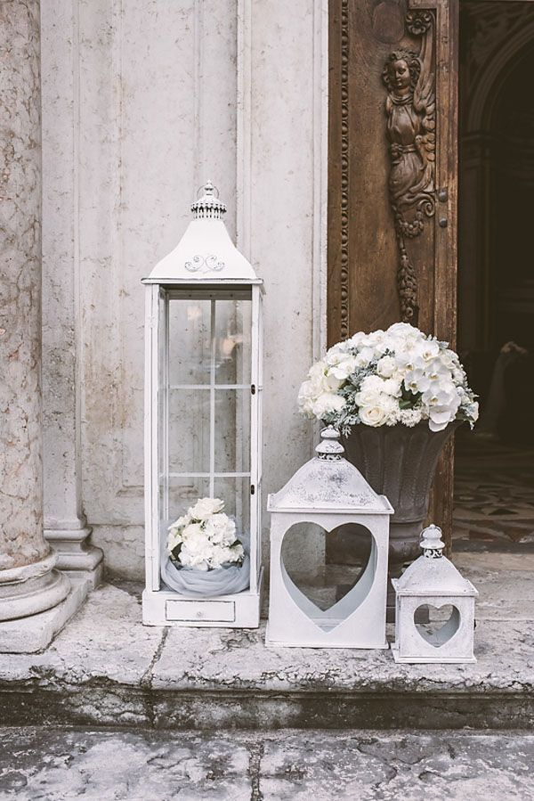 vintage lanterns church decor http://weddingwonderland.it/2015/05/15-idee-la-cerimonia-in-chiesa.html