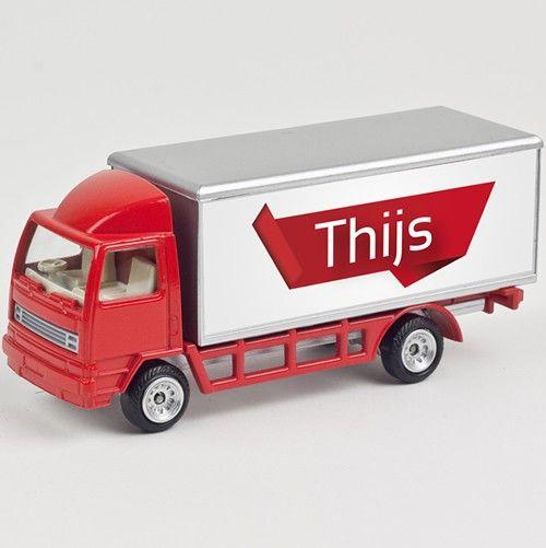 Leuk rood vrachtwagentje met naam type Thijs. Niet geschikt voor kinderen jonger dan 36 maanden wegens kleine onderdelen die ingeslikt kunnen worden!