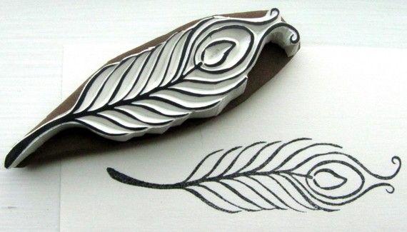 ber ideen zu pfauenfeder tattoo auf pinterest spitzen tattoos oberschenkel. Black Bedroom Furniture Sets. Home Design Ideas