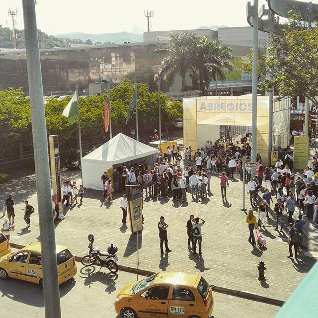 Día soleado ☁🌞☁ y lleno de Moda en #Colombiatex2018 felicitaciones a @inexmoda por este maravilloso evento. ¿Cual es tu look en el Denim Day? #denim #DenimDay #inexmoda