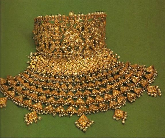 Amazing kundan aad. Rajputi bridal necklace.