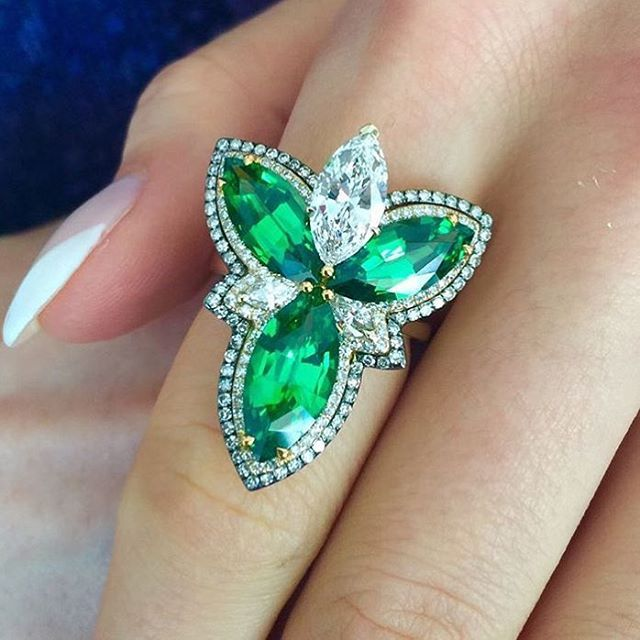 Totally digging this Tsavorite and Diamond ring by Ivy New York! Complete symmetry is totally unnecessary in jewellery as long as the piece is incredibly well designed and beautifully crafted. (Photo: @vlad_yavorskyy ) #thejewelcollective @thejewelcollective #ivynewyork #tsavorite #diamond #diamonds #diamondring #feminine #finejewelry #finejewellery #marquise #marquisecut #unique #bespoke #gem #gemmology #gemmologist #stonecutter #lapidary