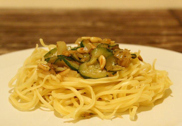 Spaghetti mit Balsamico-Zucchini und Pinienkernen