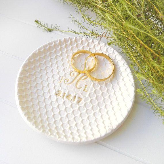 Mira este artículo en mi tienda de Etsy: https://www.etsy.com/es/listing/528645229/plato-compromiso-soporte-anillo-boda