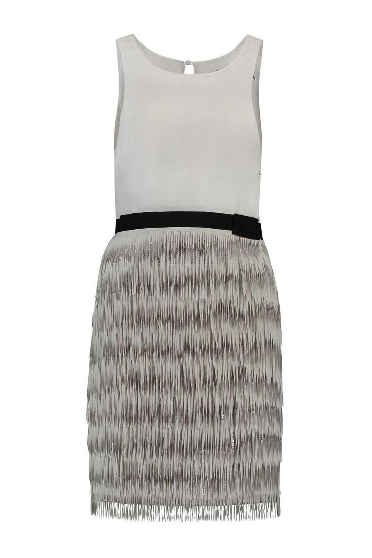 Deze jurk van Patrizia Pepe is 100% polyester. De fit is normaal met rechte lijn. De kleur is licht grijs met zwarte bies en zilveren pailletten. Patrizia Pepe Jurk 2A1498 A1XN Design Gray
