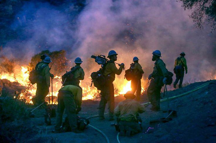Οι πυροσβέστες σε ετοιμότητα αντιστέκονται σθεναρά στην ολέθρια επέλαση της φωτιάς που κατακαίει τα πάντα στο διάβα της στο ανατολικό Σαν Ντιέγκο της Καλιφόρνιας.