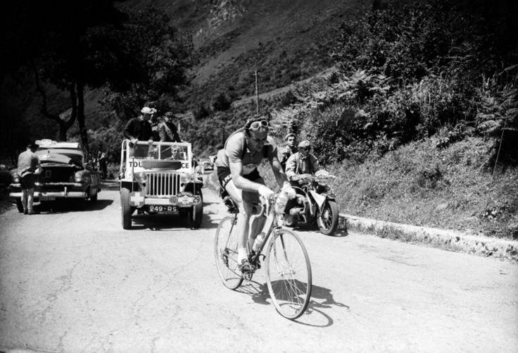Tour de France 1953. 10^Tappa, 13 luglio. Pau > Cauterets. Col du Soulor. Hugo Koblet (1925-1964), grande favorito della vigilia, sta sferrando il suo attacco. Il suo Tour finirà però nella discesa successiva per una rovinosa caduta
