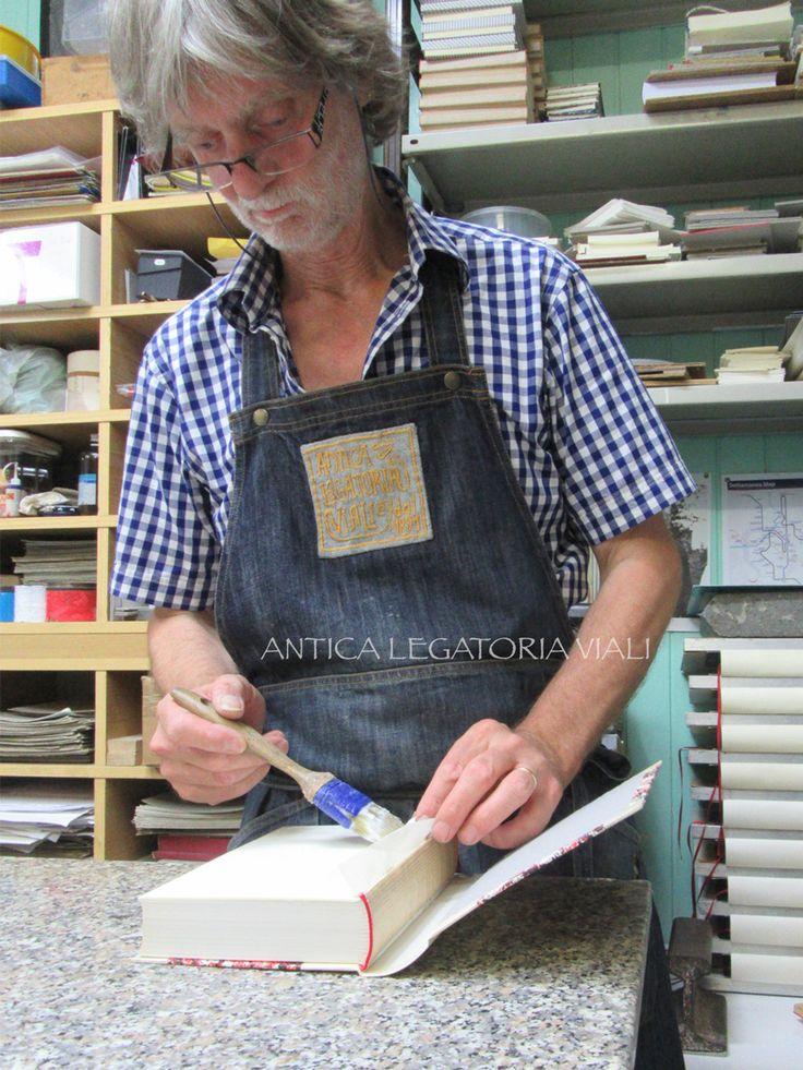 Fase di lavorazione  #legatoria #legatoriaviali #viterbo #rilegature #bookbinding #bookbinder #rilegatura #artisan #artigianato #artigiano #italy #italia #rilegare #libri #books #ArtigianatoArtistico #rilegatore #orvieto #roma #tuscia #reliure #restauro #restaurolibri #escher