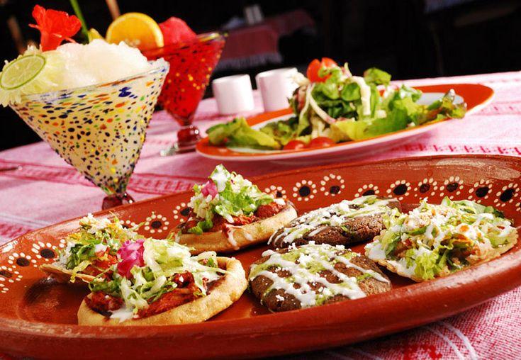 Tortitas Y Sopecitos Servidos En Platos De Barro