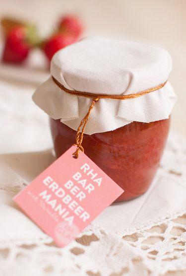 Rhabarber-Erdbeer-Vanille-Marmelade Der Klassiker: Rhabarber küsst Erdbeere. Das Ergebnis: süß, sauer, sommerlich. Und dank Vanille noch warm aromatisch. © Sarah Renziehausen | feiertäglich