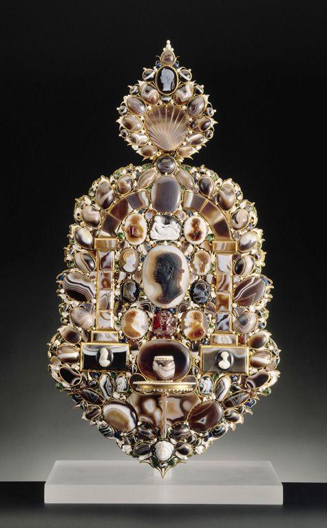 CM5 / Plaque de lumière, Sardoine, monture de laiton doré et d'or émaillé, Paris, vers 1630, Louvre